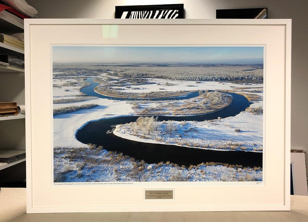 100x72,2cm puidust raam, paspartuu, Artglass WW™ galeriiklaas, foto sees 86x57cm, lõige paspartuusse hõbedase graveeritud plaadi tarbeks.